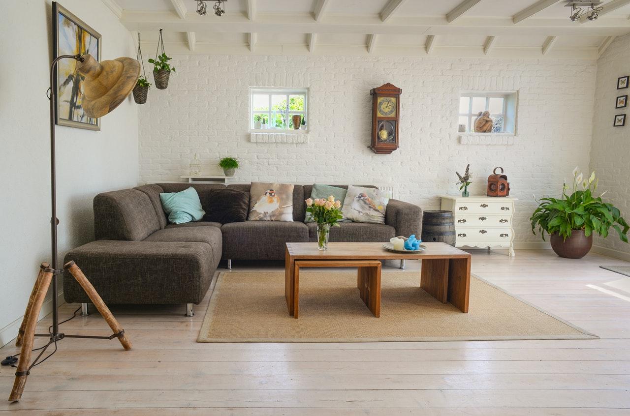 Ett inrett vardagsrum